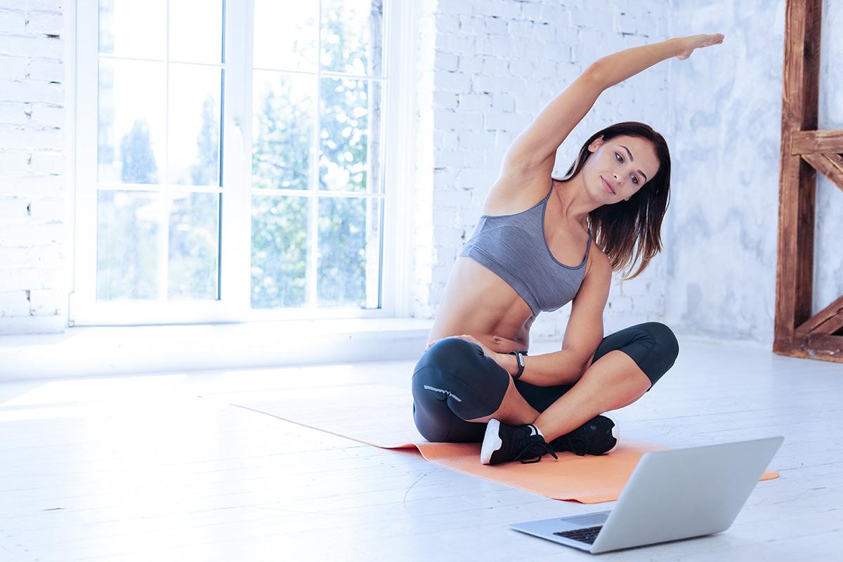 オンラインレッスンでトレーニングする女性