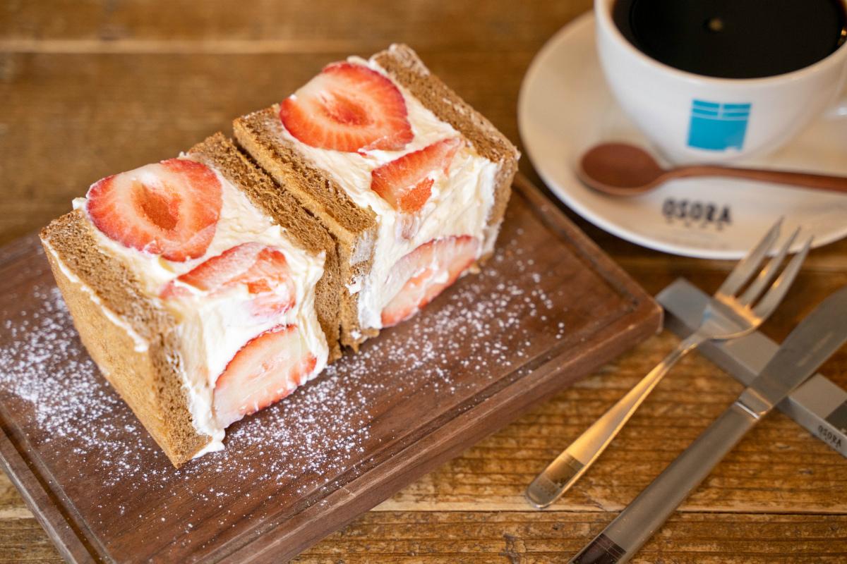 苺のフルーツサンドとコーヒー