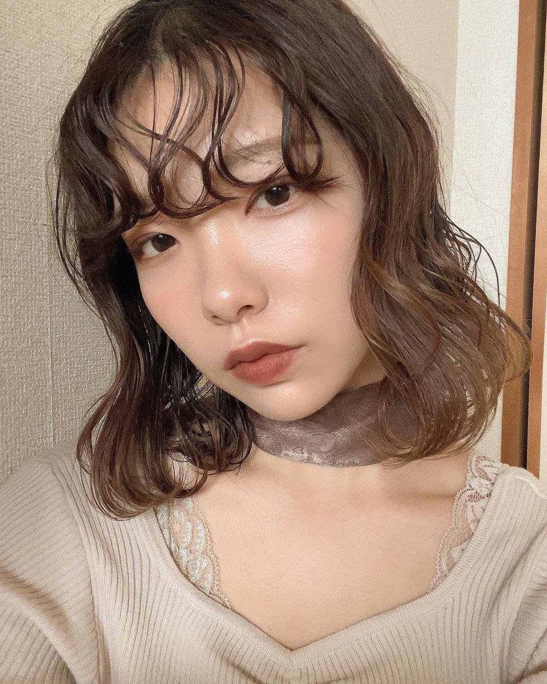パーマ風前髪の女性