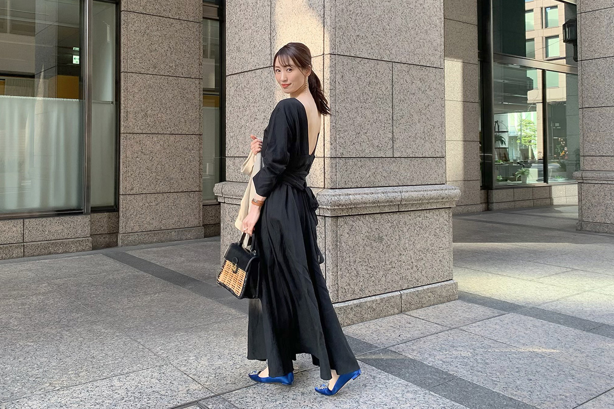 黒ドレスにハンギシを合わせる女性