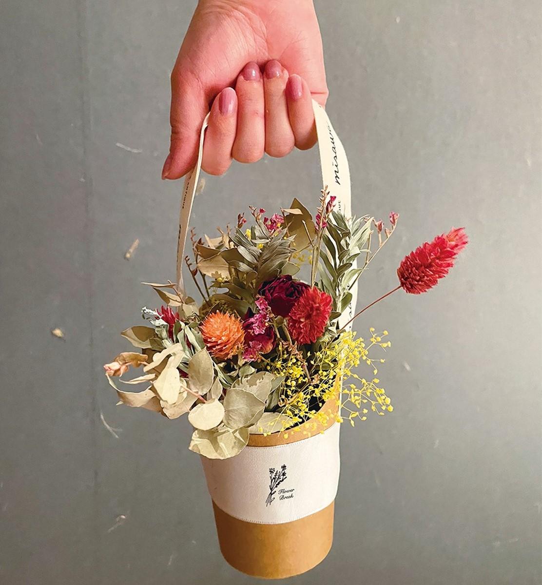 京都河原町でお花を詰めたカップをプレゼント