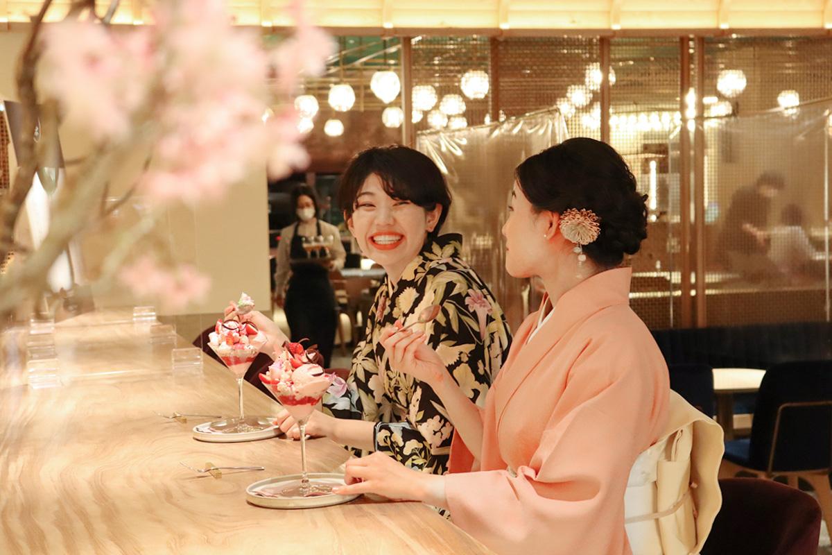 京都産いちごの豪華パフェを楽しむ着物女性