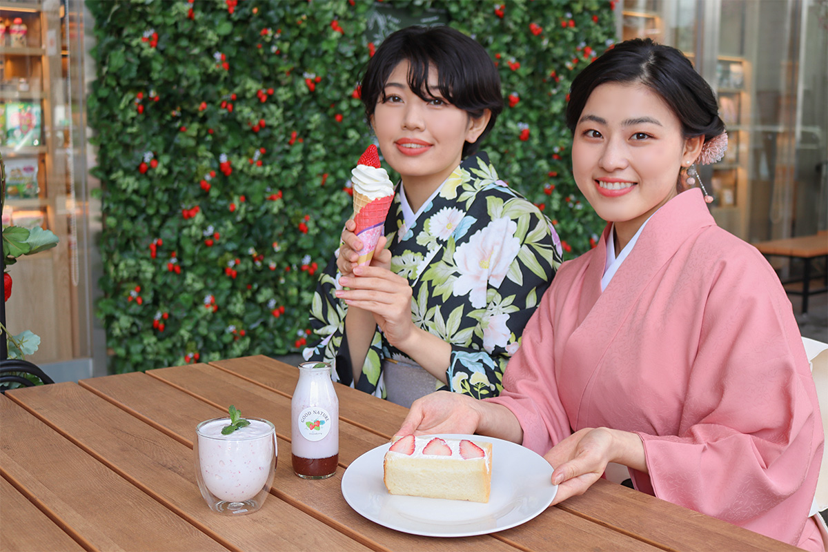 着物で京都散策しながらいちごスイーツを楽しむ女性
