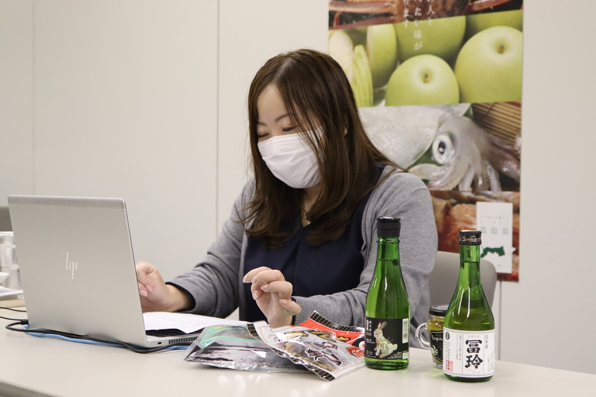 鳥取県クイズを出題する鳥取県職員の女性