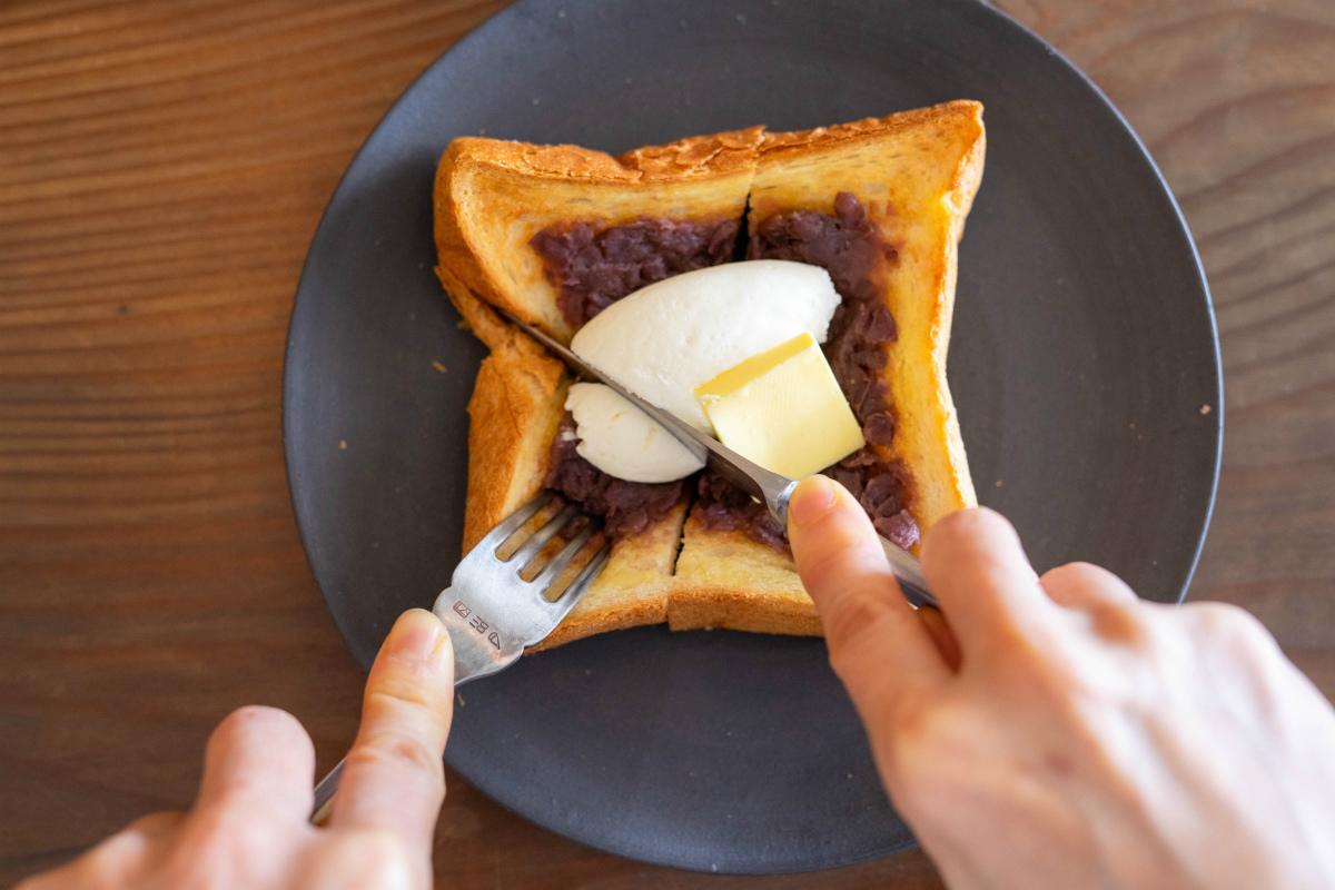 あんバタートーストを切る
