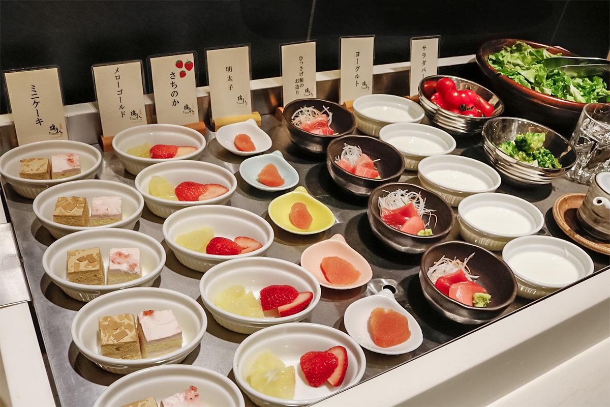 璃泉のミニケーキやフルーツ