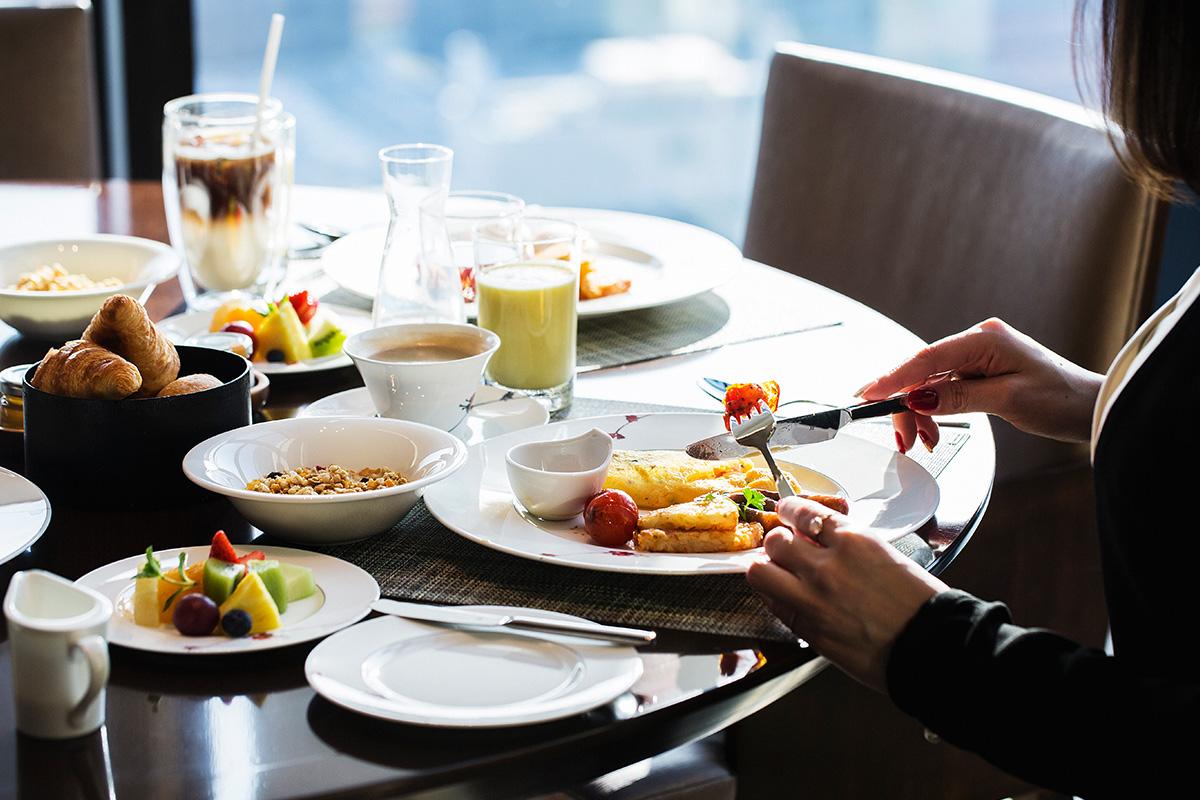 ノカで朝食を食べる女性