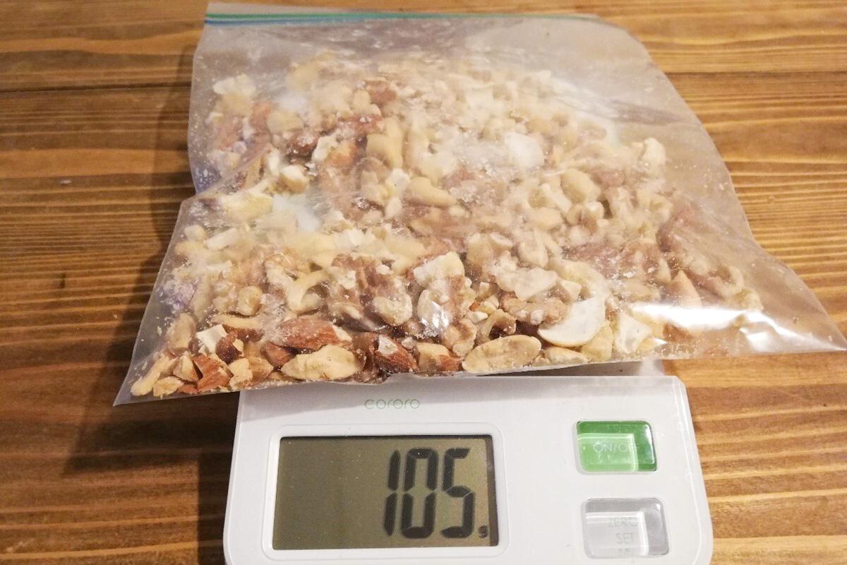 カッサータに入れるナッツを砕いたところ