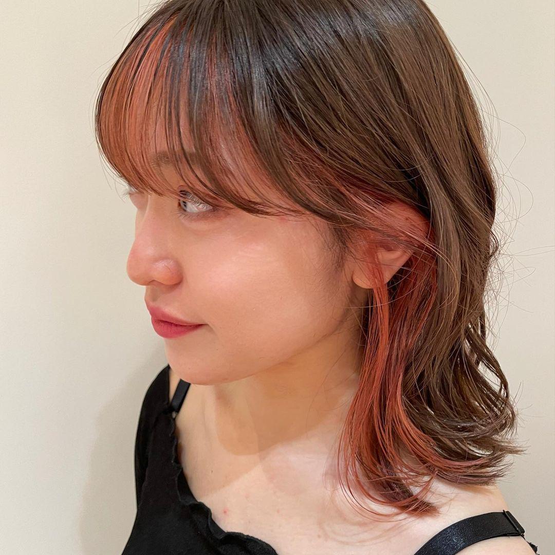 前髪のセルフインナーカラーをしている女性