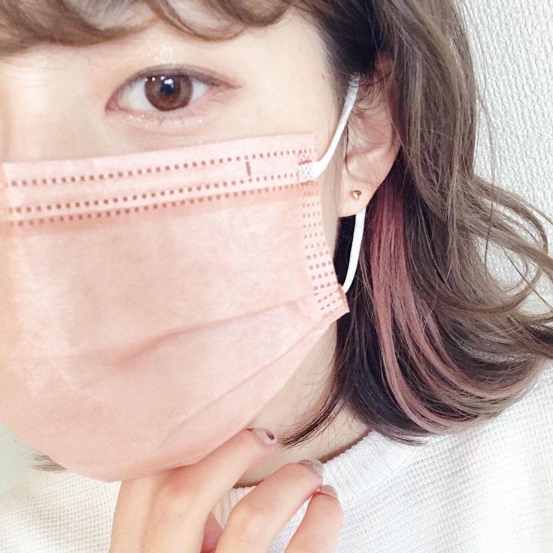 インナーカラーが映える血色マスクを着用する女性