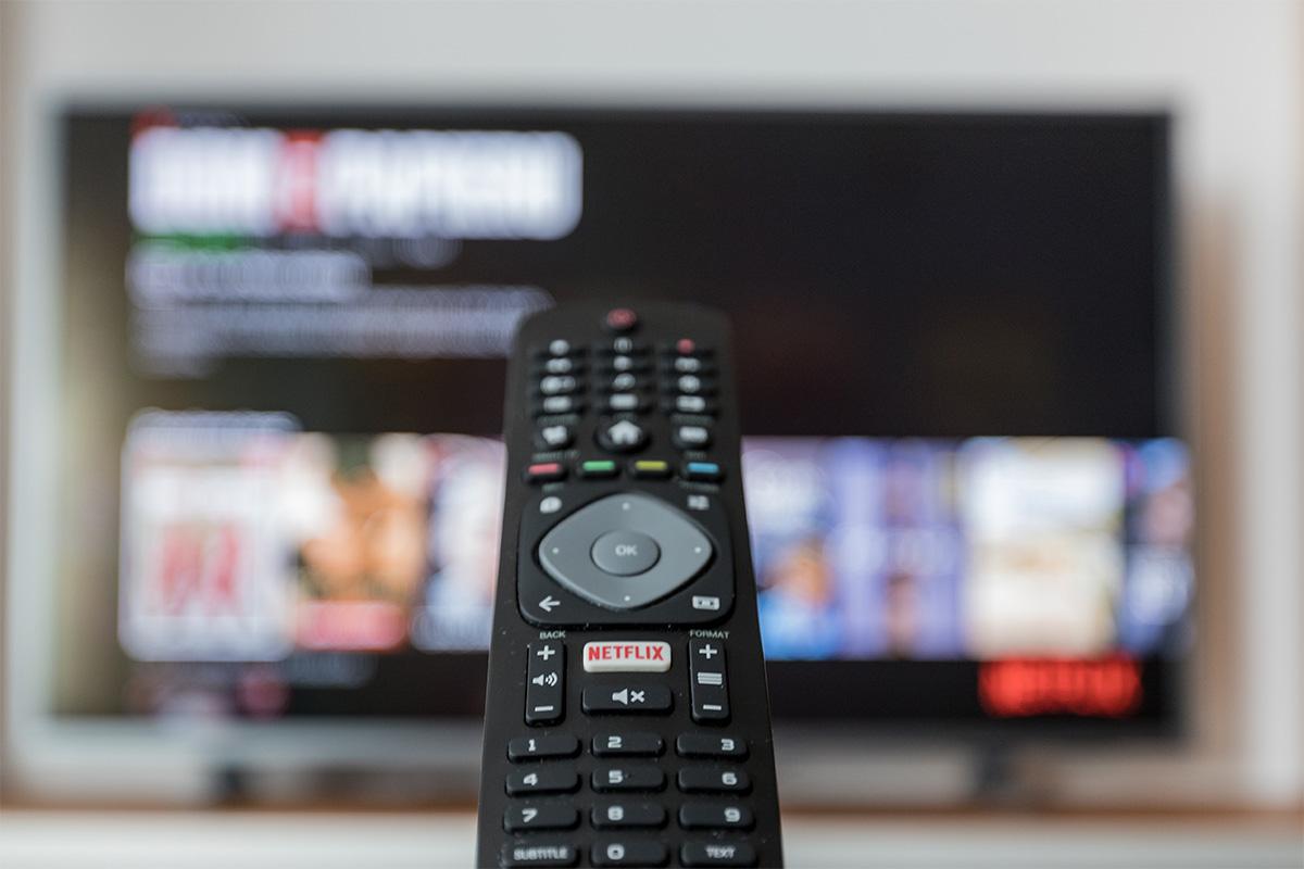 テレビのリモコンを操作する様子