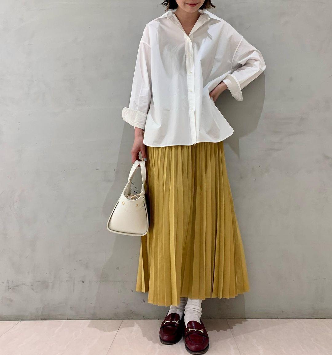 スカートで季節感を演出するローファーコーデ