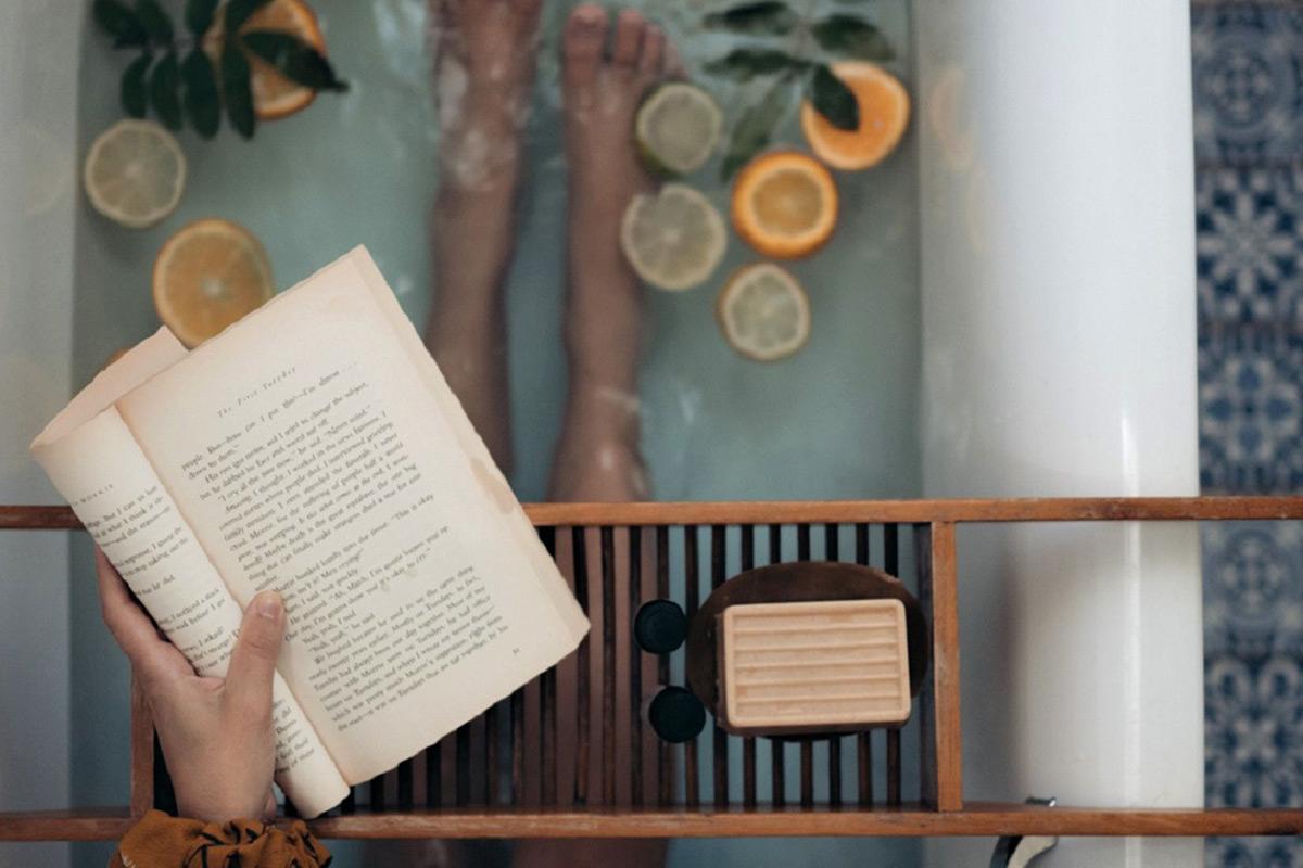 バスタイムに本を読む女性