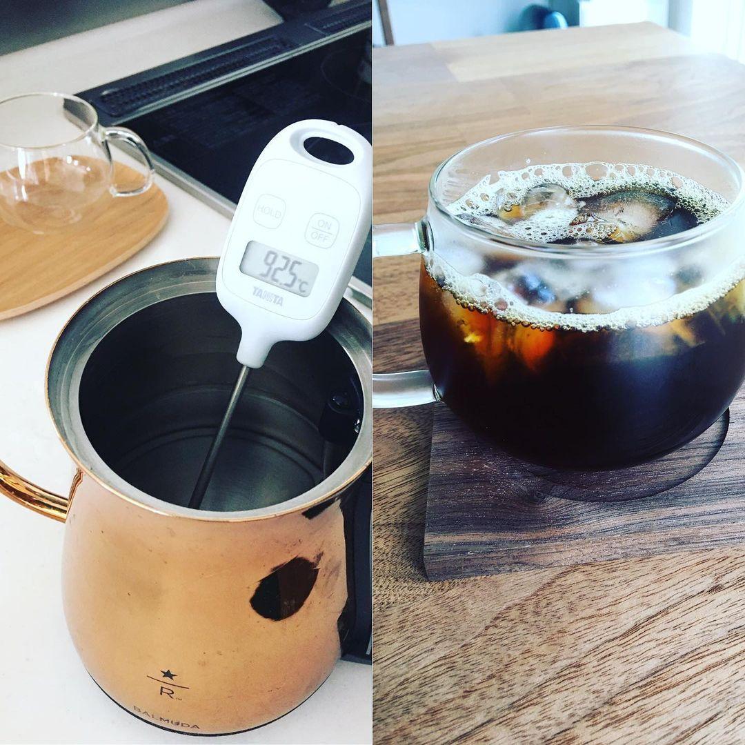 温度計で計ってコーヒーを淹れている様子