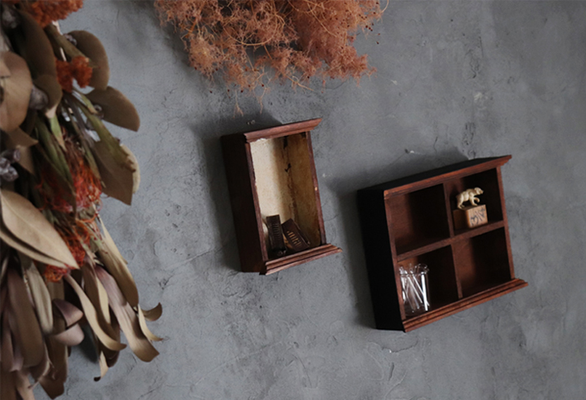 壁にかけている飾り箱