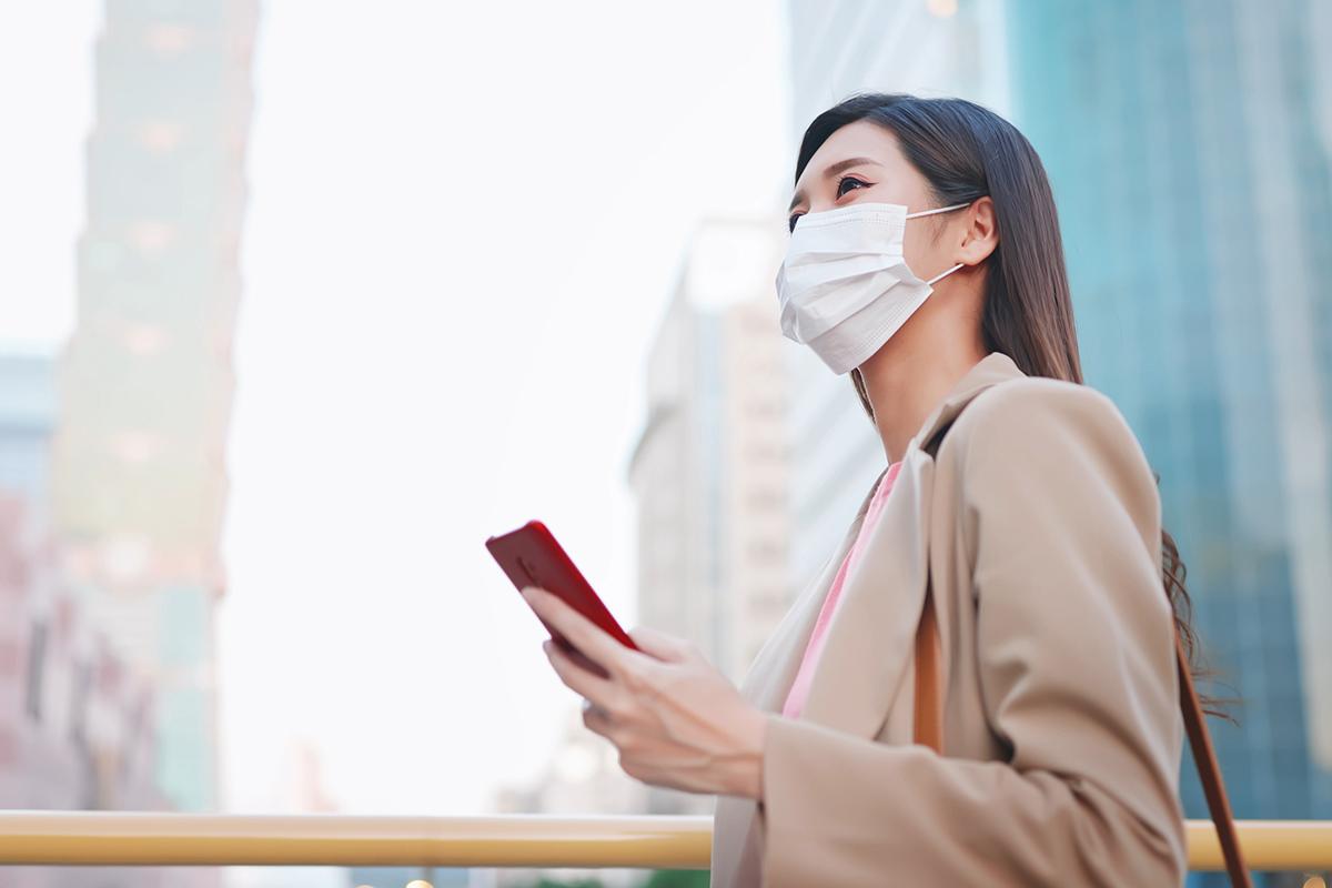 マスクをつけて営業する女性