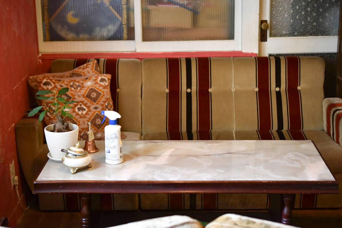 ゆったりくつろげるレトロなソファ席