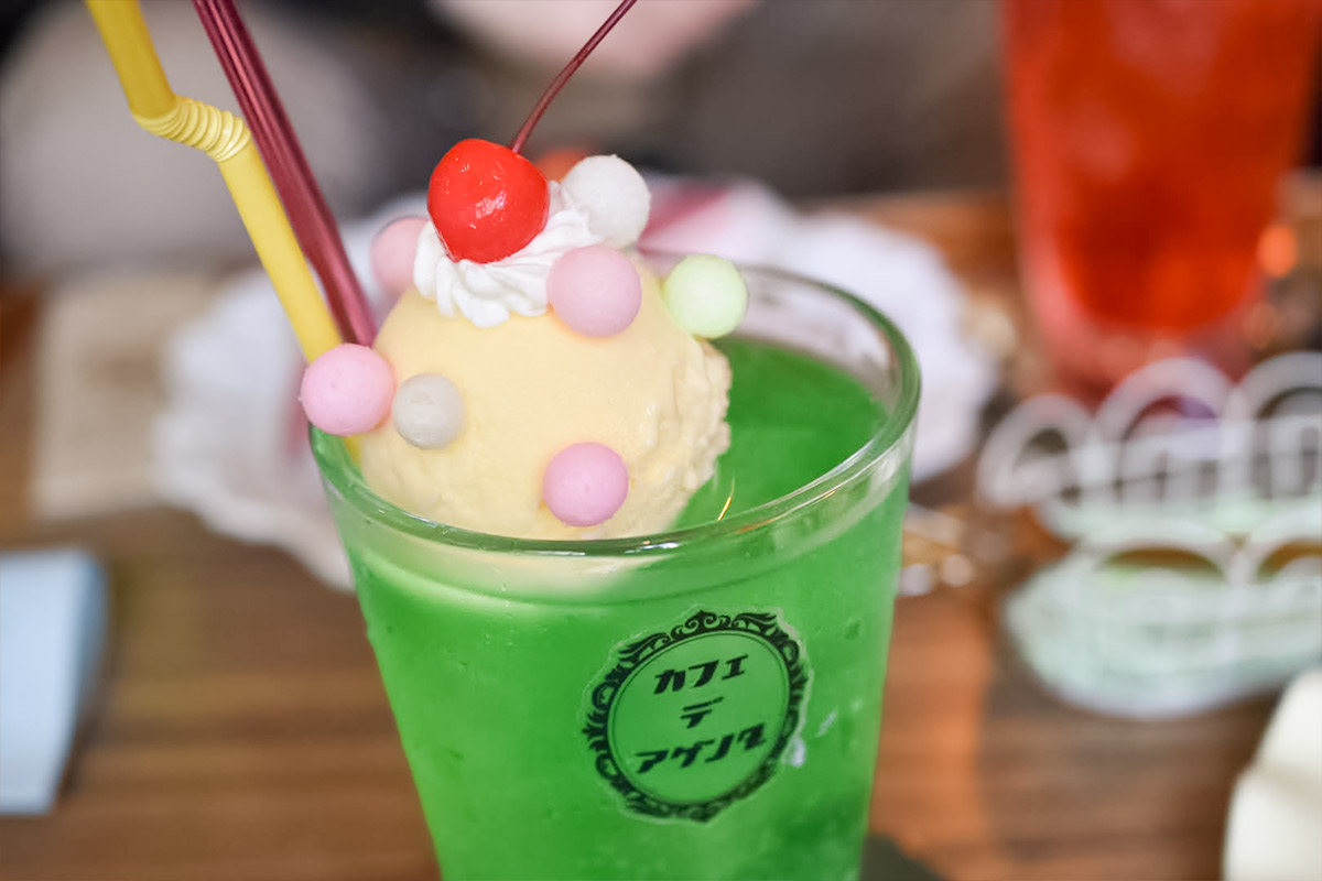 カラフルな麩菓子が乗ったクリームソーダ