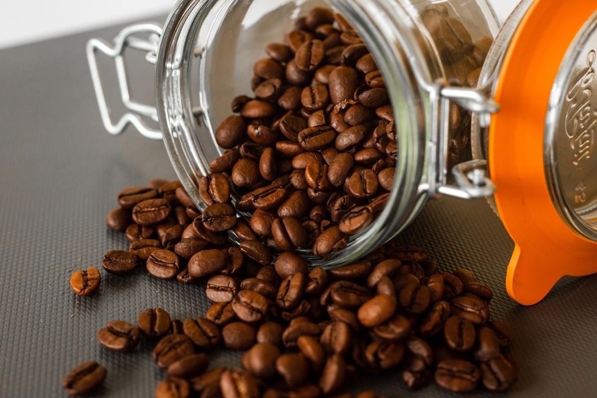 保存容器から飛び出たコーヒー豆