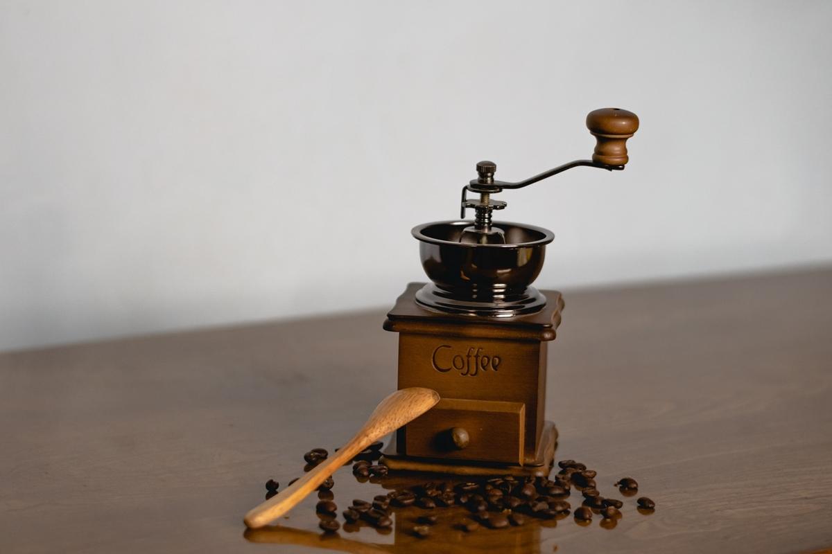 コーヒーミルでコーヒーを挽く