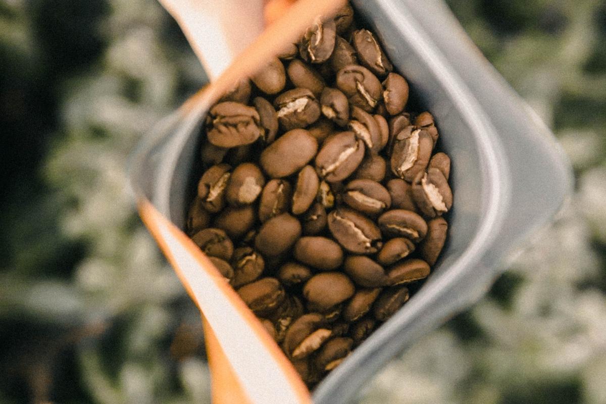 ジッパー付き保存袋にコーヒー豆を入れる