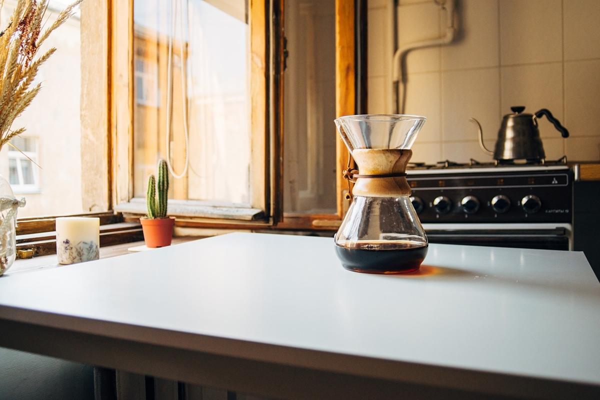 コーヒーの抽出を楽しむ様子