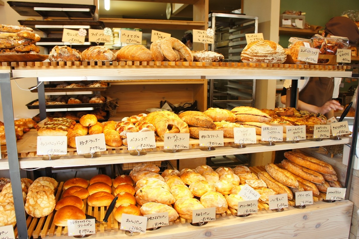 yotsuパン製作所のパンの陳列棚
