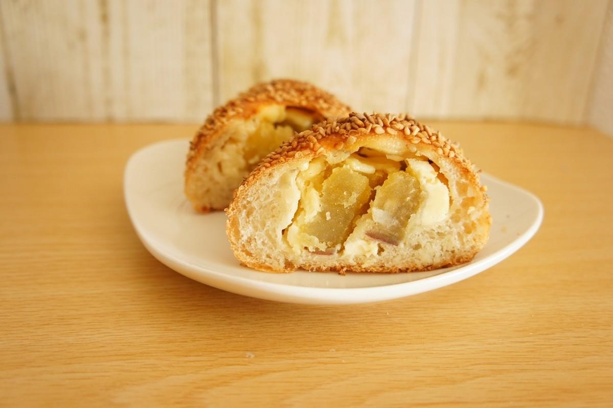サツマイモとクリームチーズパンの断面図