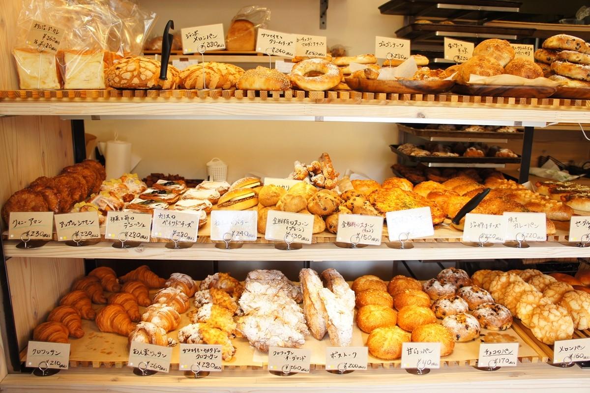 陳列棚に並んだパン