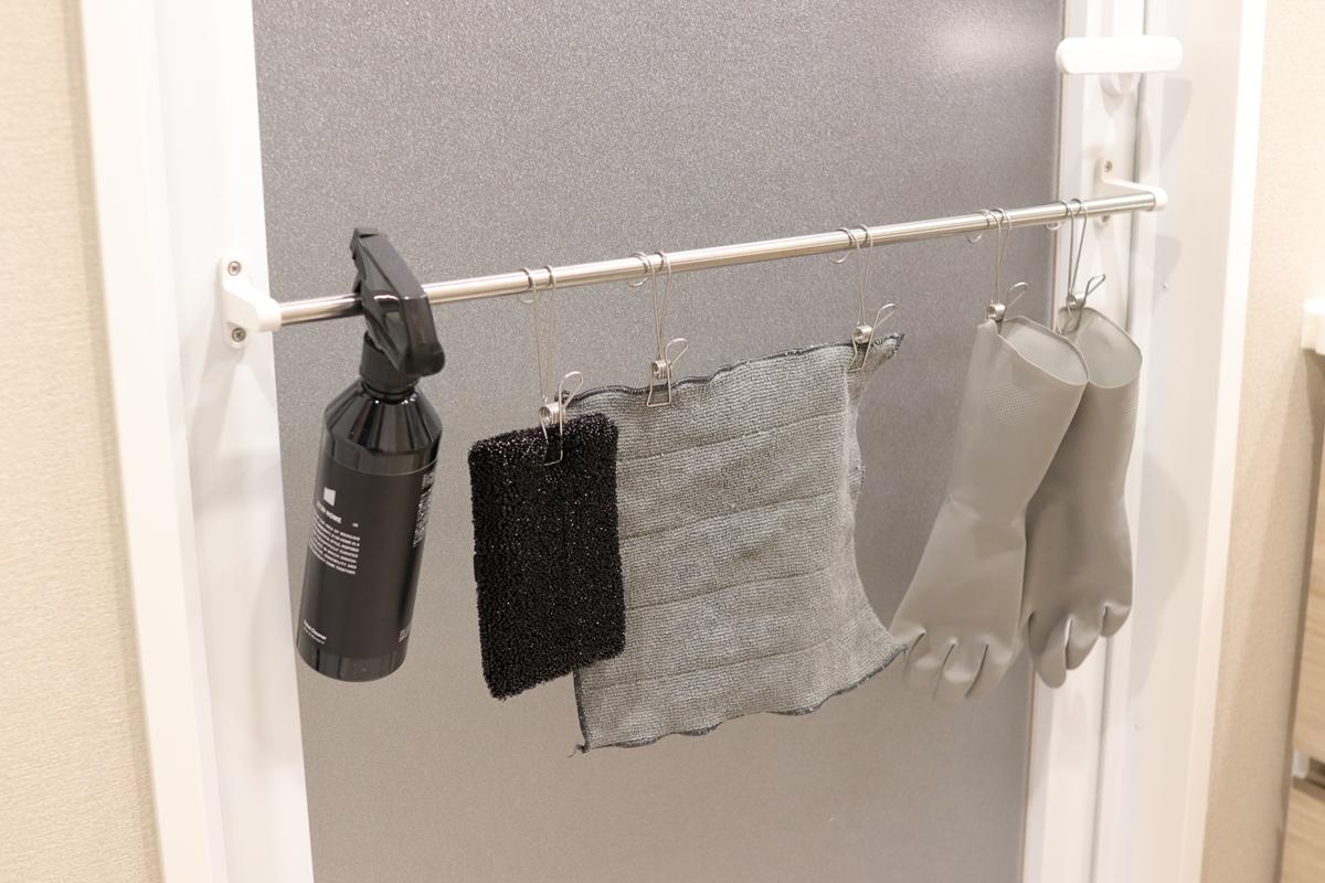 ゴム手袋や雑巾をハンギングステンレスピンチで吊るす