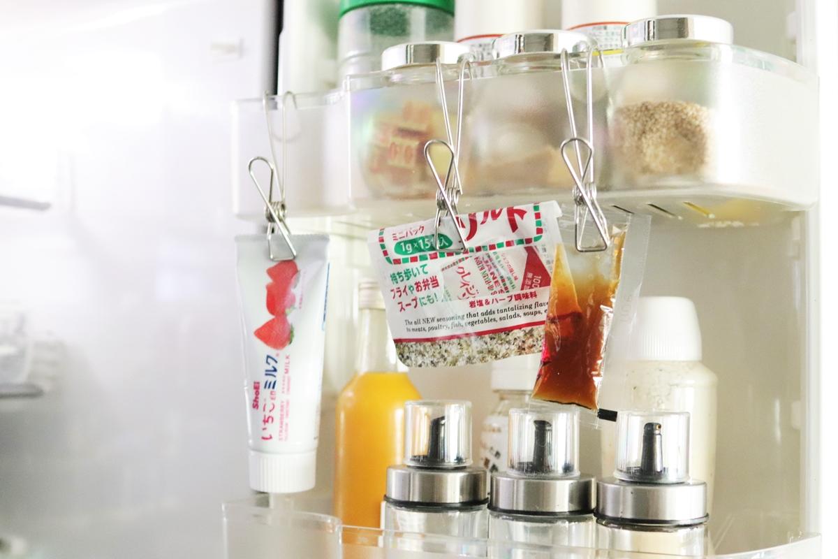 冷蔵庫のドアポケットにハンギングステンレスピンチで小袋の調味料を吊るす
