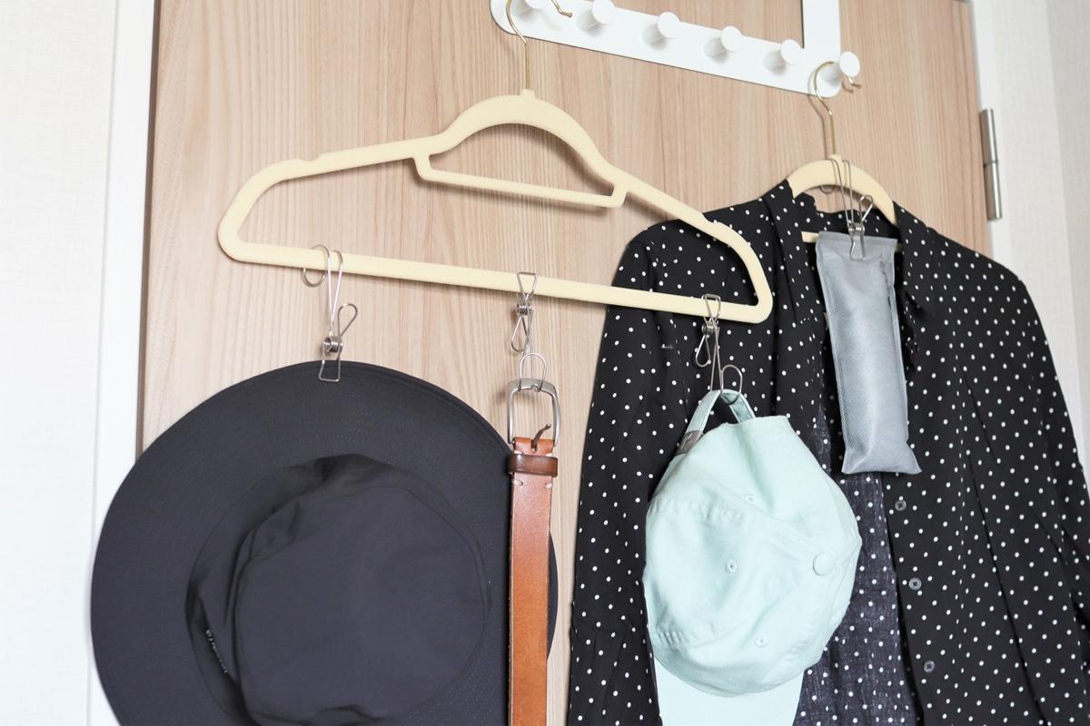 ハンギングステンレスピンチをハンガーにつけて帽子やベルトを吊るす