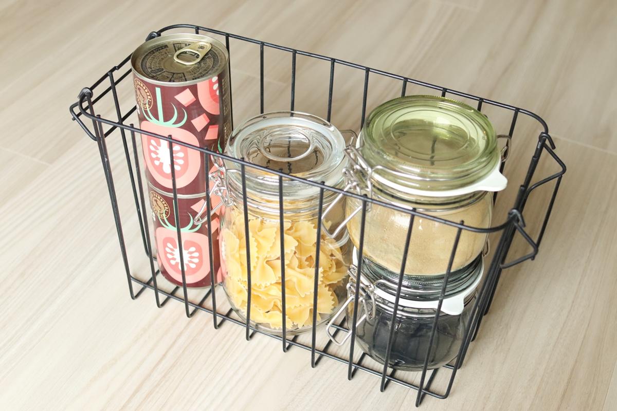 缶詰や保存瓶をスタッキングバスケットスリムに入れる