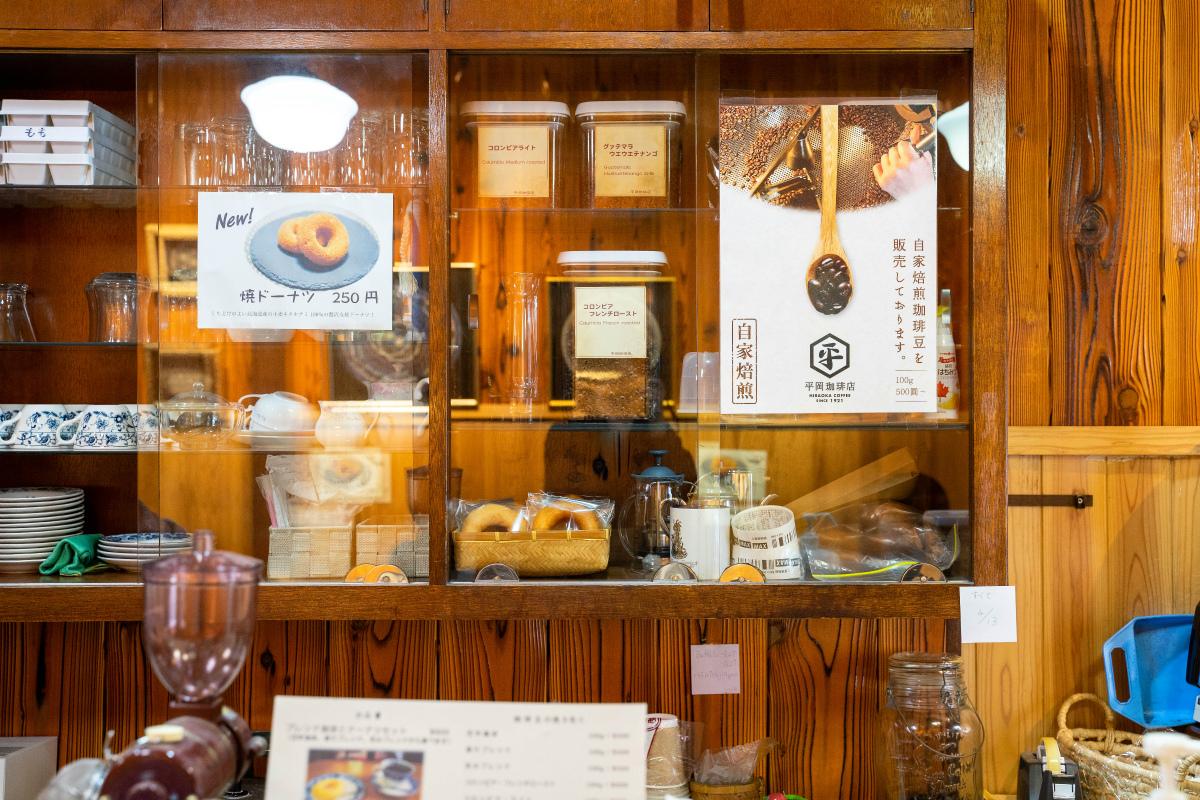 平岡珈琲店の棚