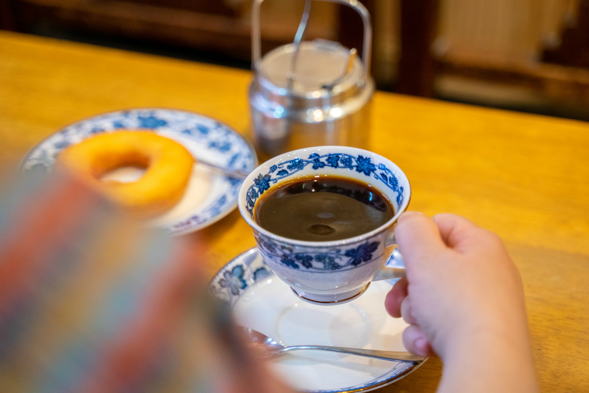 【本町】100年続くコーヒーとドーナツ。「平岡珈琲店」で至福の休息時間