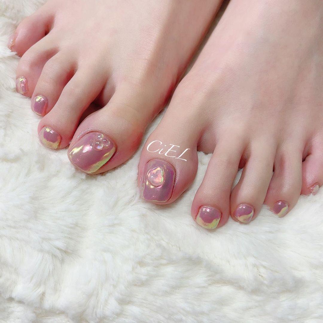 光り輝く桜貝カラーのフットネイル