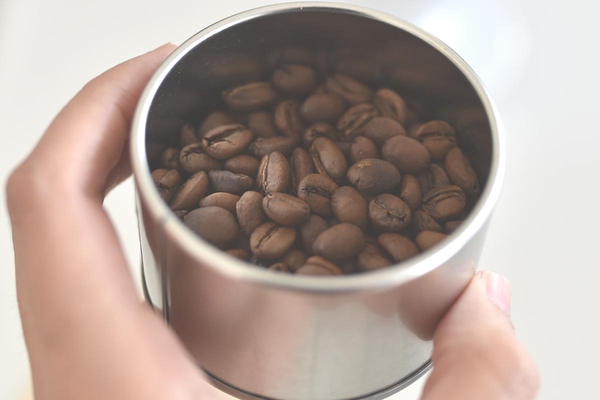 ステンレス製容器に入ったコーヒー豆