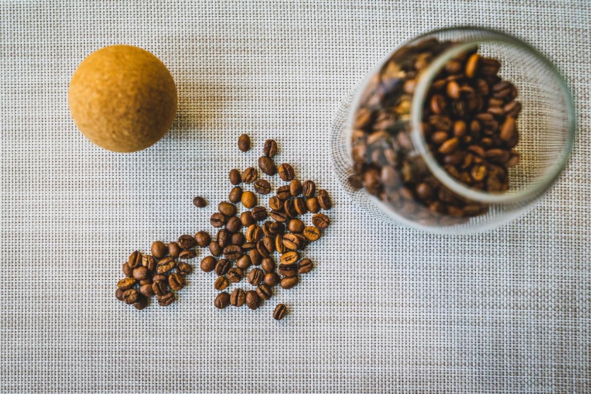 コルク蓋つきのガラス瓶に入るコーヒー豆