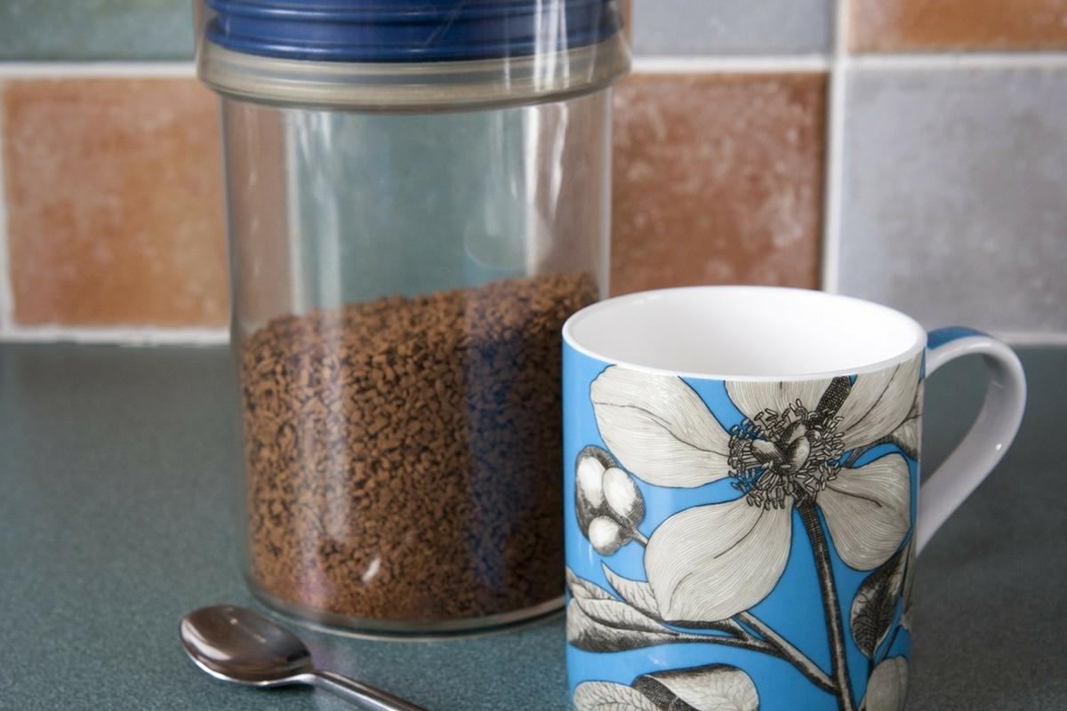 プラスチック製容器とマグカップ