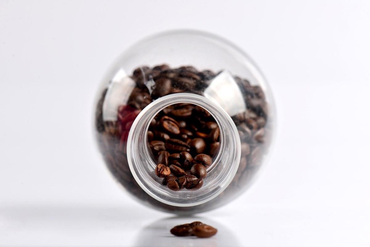 コーヒー豆が入ったガラス瓶が横になっている様子