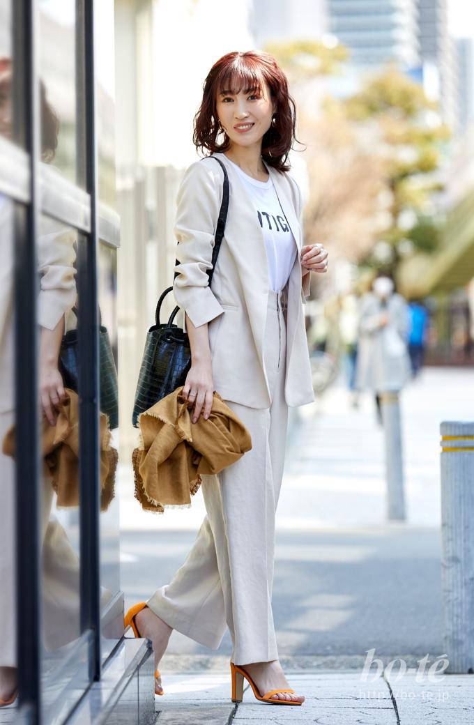 ロゴティーシャツのホワイトセットアップコーデ