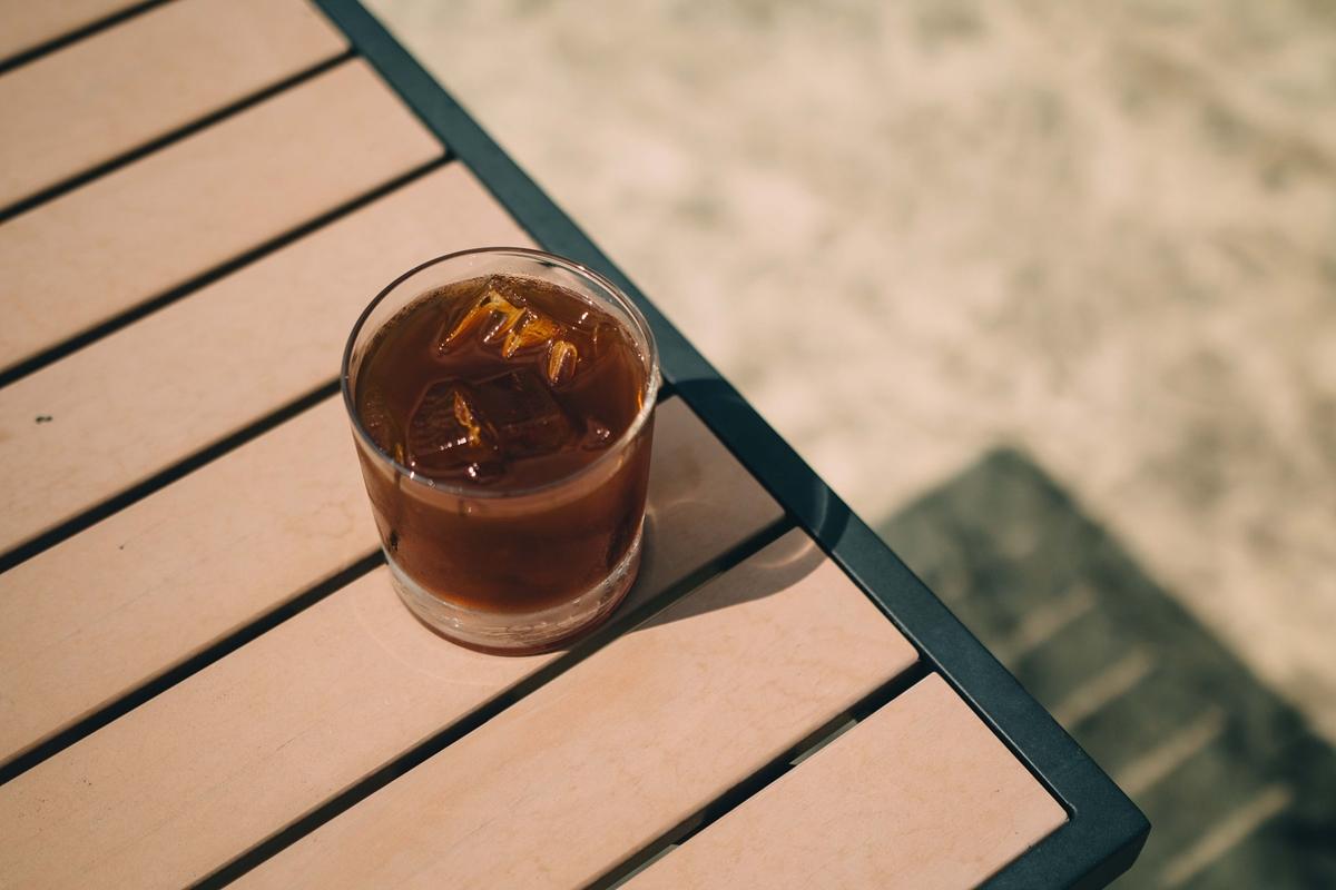 日光に照らされるアイスコーヒー