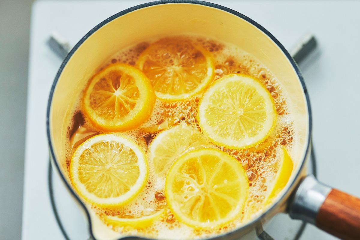レモンの果汁を煮出しているところ
