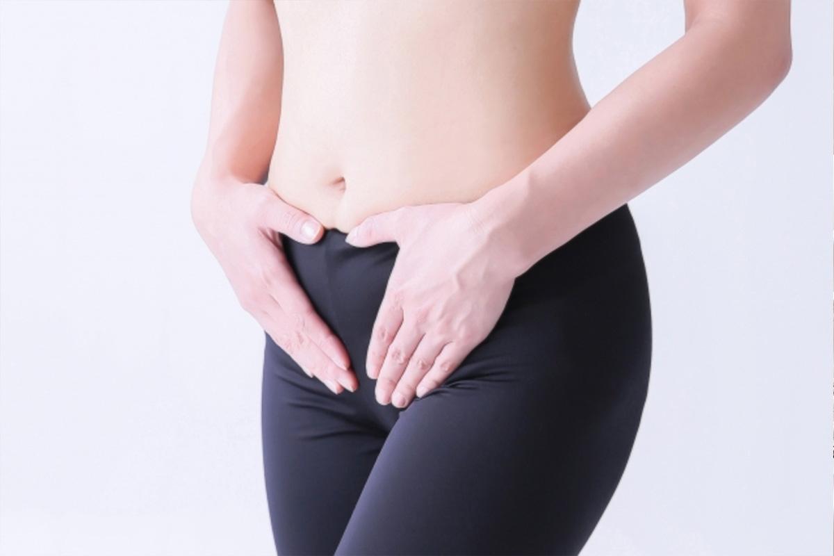 下腹部に手を当てる女性