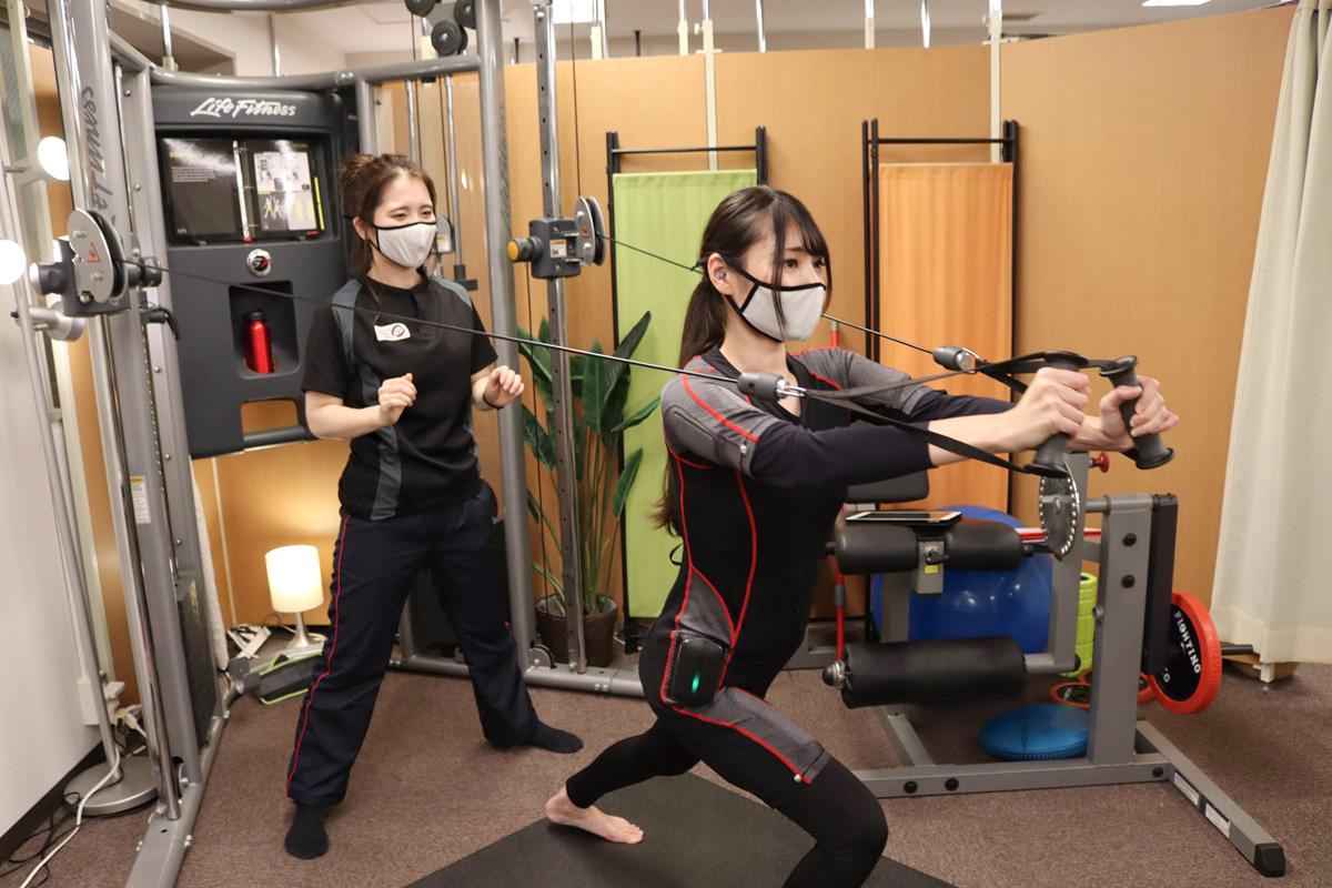 大阪梅田トレーニングスタジオPOUのEMSトレーニングの様子