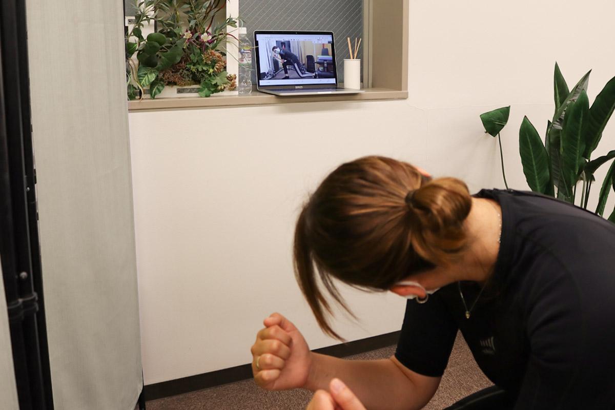 オンラインでEMSトレーニングを受ける女性