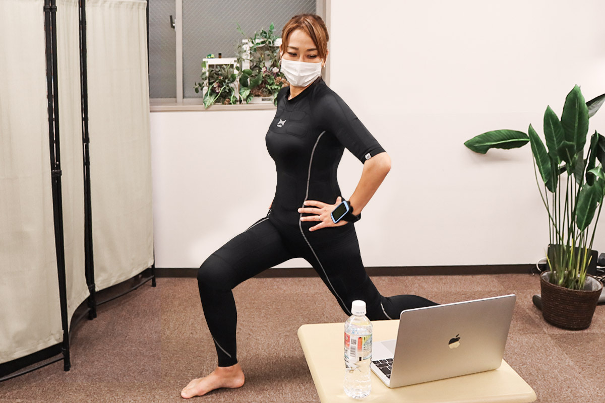 EMSボディスーツを着用してトレーニングする女性
