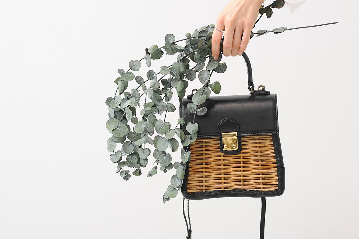 かっちりバッグを持つ女性の手