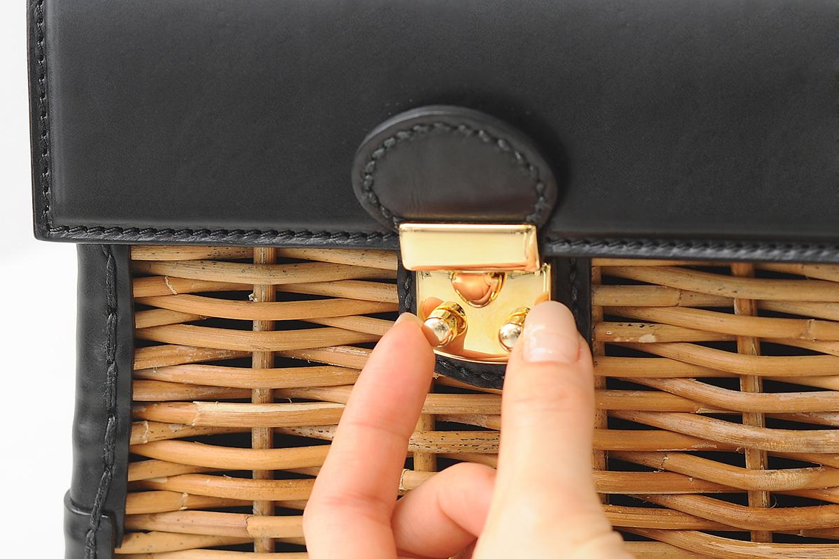 かっちりバッグの金具を指でつまむ