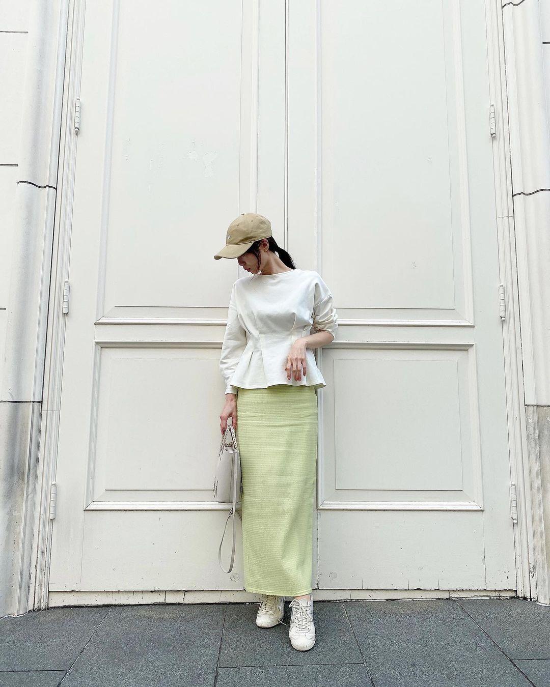 新鮮なカラーを取り入れたスカートコーデ